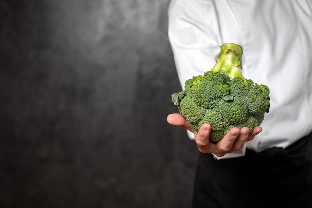 Hand hält einen blümchen brokkoli