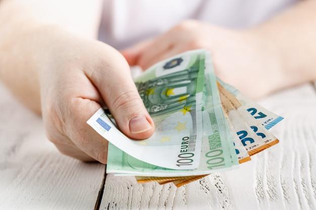 Hand hält einen fan von euro in verschiedenen beträgen