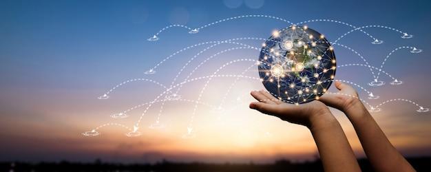 Hand hält einen globus mit internationalem sozialem netzwerk
