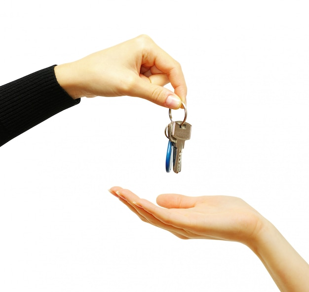 Hand hält einen schlüssel