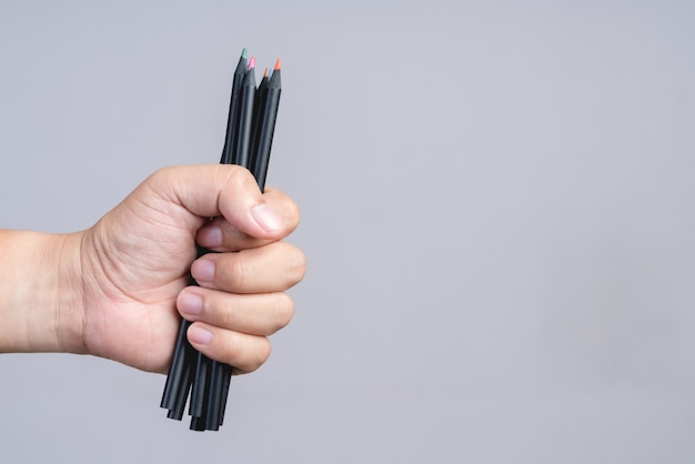 Hand hält farbstift