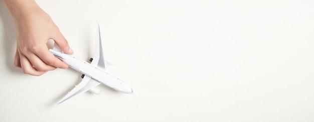 Hand hält flugzeugmodell. reise