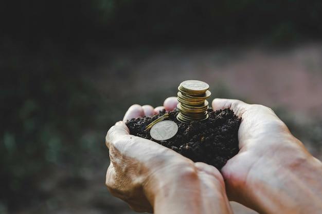 Hand hält geldmünzenstapel. finanz- und rechnungslegungskonzept.