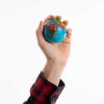 Hand hält globus