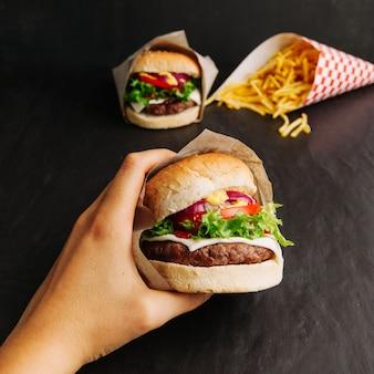 Hand hält hamburger