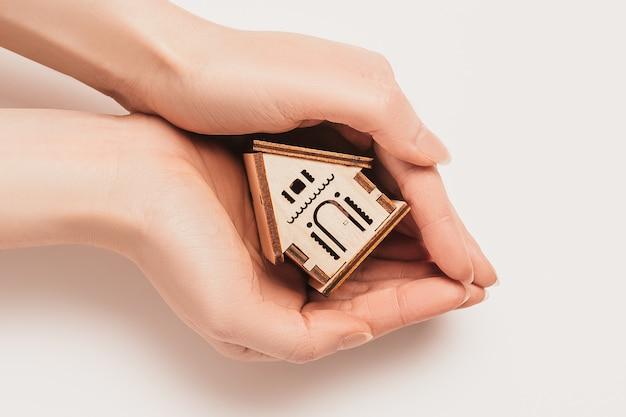 Hand hält haus miniaturmodell