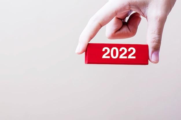Hand hält holzblock 2022