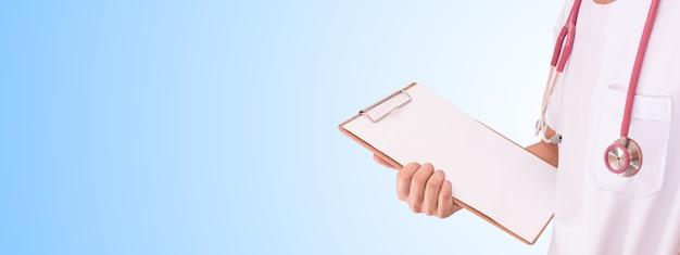 Hand hält holzkarte mit stethoskophalsband