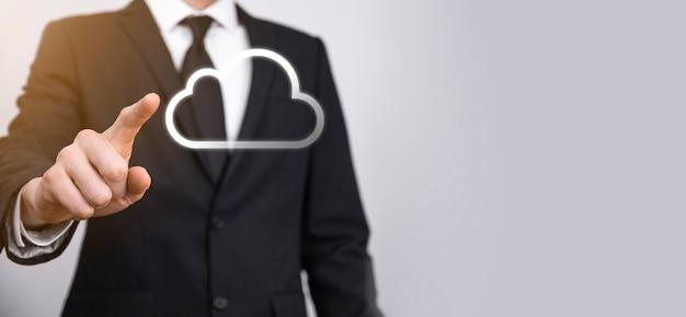 Hand hält icon cloud computing-netzwerk und icon-verbindungsdaten-informationen in der hand. cloud-computing und technologiekonzept.