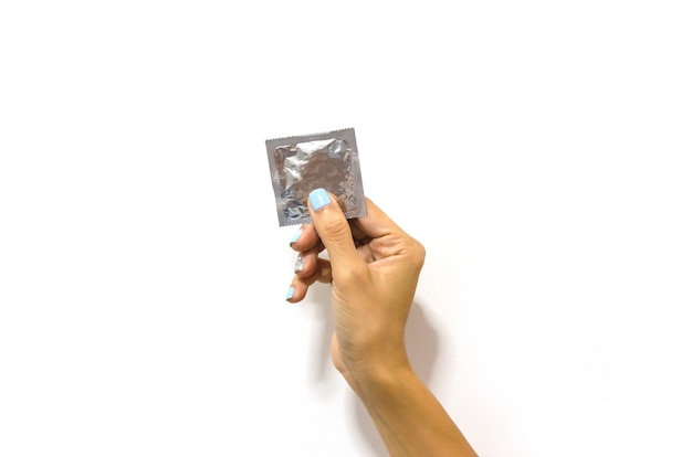 Hand hält kondom