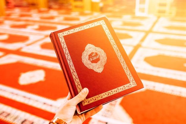 Hand hält koran
