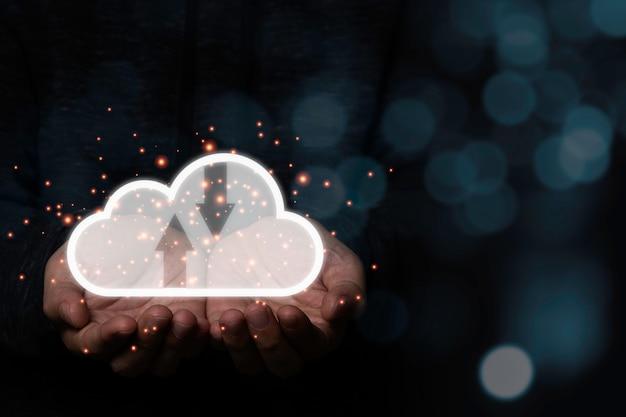 Hand hält kreativen cloud-computer mit blauem bokeh-hintergrund. cloud-computing ist ein system zum teilen von download- und upload-informationen.
