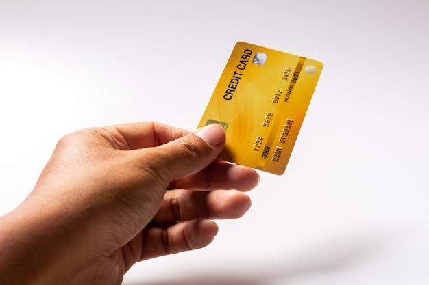 Hand hält kreditkarte