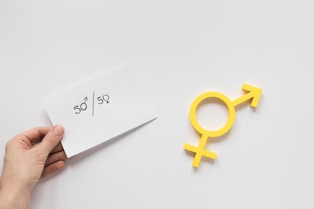 Hand hält papier mit gleichen rechten