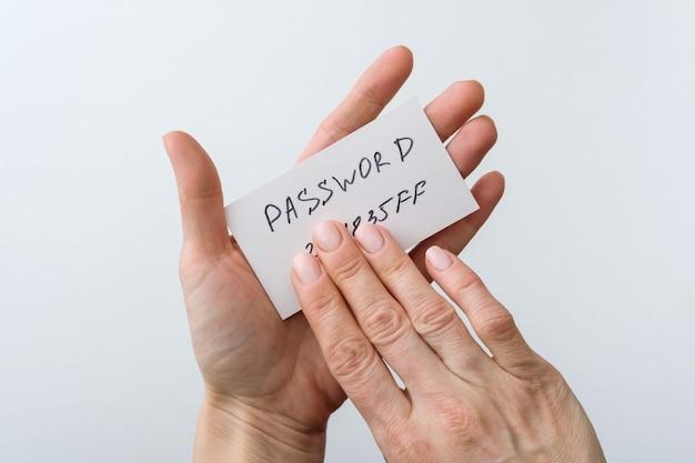 Hand hält passwort auf papier
