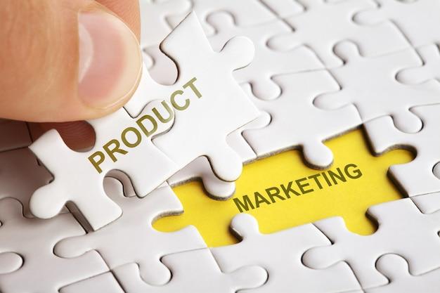 Hand hält puzzleteil mit wort produktmarkt