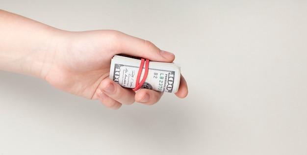 Hand hält rückennotizen mit gummiband gebunden