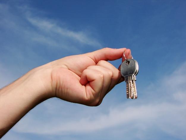 Hand hält schlüssel