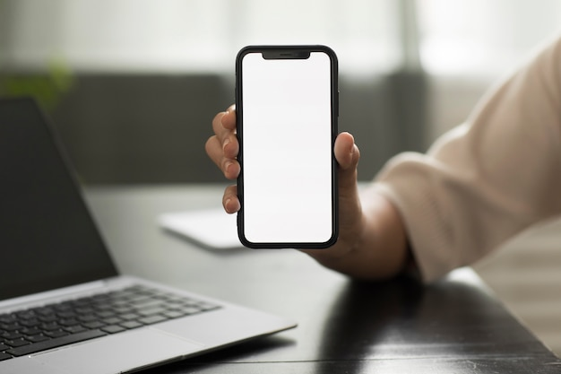 Hand hält smartphone hautnah