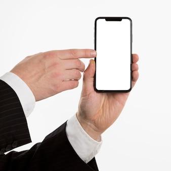 Hand hält smartphone und zeigt darauf