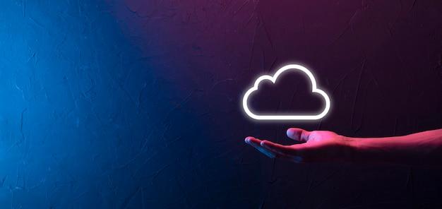Hand hält symbol cloud-computing-netzwerk und symbolverbindungsdateninformationen in der hand. cloud-computing und technologiekonzept.