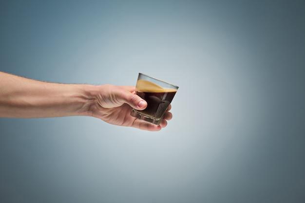 Hand hält tasse kaffee