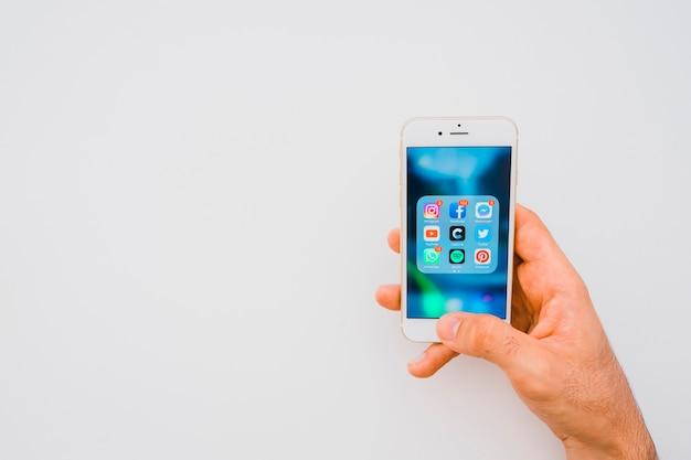 Hand hält telefon voller apps