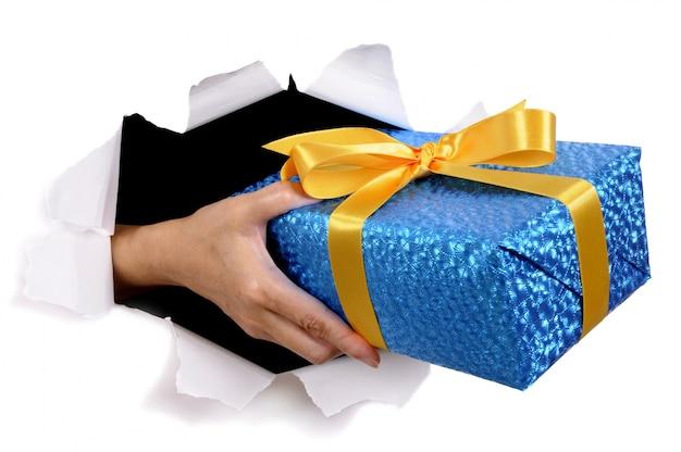 Hand hält weihnachtsgeschenk