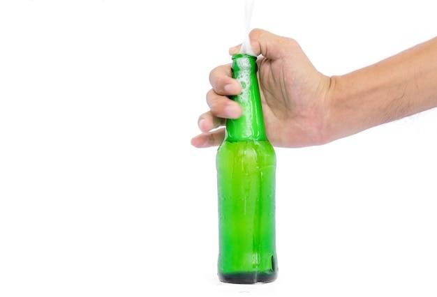 Hand halten die glasflaschen für bier, alkohol oder andere getränke