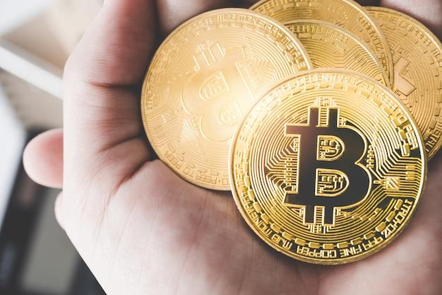 Hand halten ein symbol von bitcoins als kryptowährung für digitales geld.