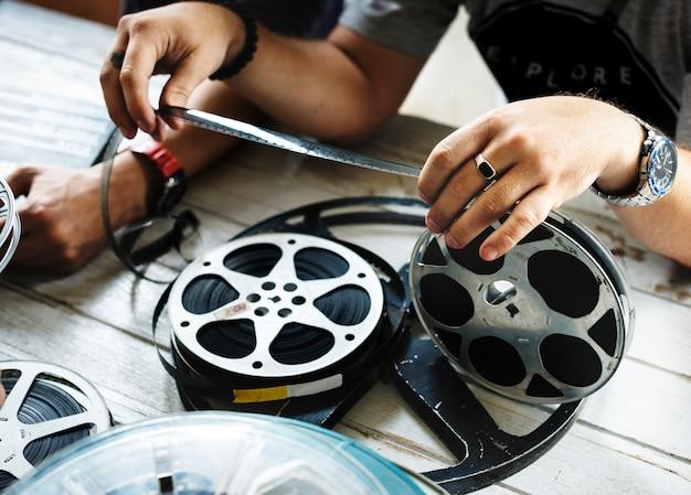 Hand halten einen filmstreifen