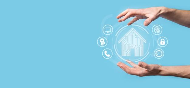 Hand halten haussymbol. smart home gesteuertes, intelligentes haus und hausautomations-app-konzept. pcb-design und person mit smartphone. innovation-technologie-internet-netzwerk-konzept.