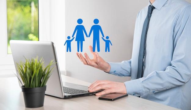 Hand halten junge familienikone. familienlebensversicherung, unterstützung und dienstleistungen, familienpolitik und unterstützung von familienkonzepten. glückliches familienkonzept. kopieren sie den raum