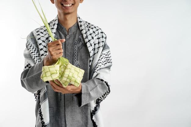 Hand halten ketupat