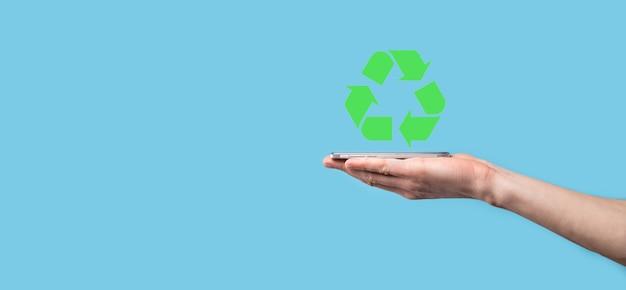 Hand halten recycling-symbol. ökologie und erneuerbare energie konzept. eco zeichen