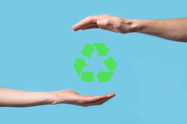 Hand halten recycling-symbol. ökologie und erneuerbare energiekonzept. eco-zeichen, konzept speichern grünen planeten. symbol des umweltschutzes.recycling von abfällen.symbol des tages der erde, konzept des naturschutzes.