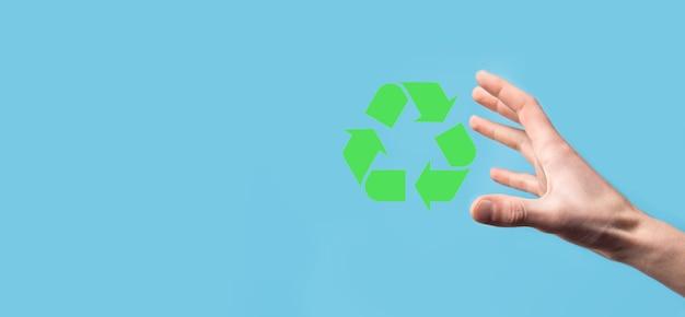 Hand halten recycling-symbol. ökologie und erneuerbare energiekonzept. eco-zeichen, konzept speichern grünen planeten.