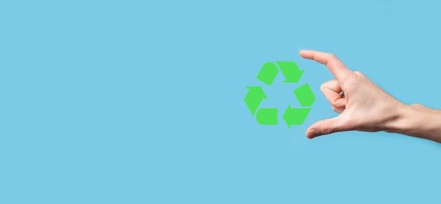 Hand halten recycling-symbol.