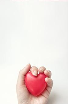 Hand halten rotes herz. csr-konzept, weltherztag, weltgesundheitstag, nationaler organspendertag.