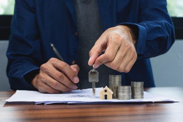 Hand halten stift schreiben auf dokument wohnungsbaudarlehen