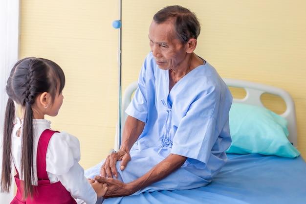 Hand halten zur beruhigung und diskussion mit dem patienten.