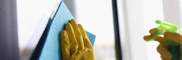 Hand im handschuh wäscht glas mit mikrofaser
