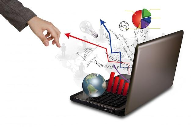 Hand in der nähe von einem laptop, der grafiken und pfeile ausstößt