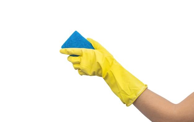 Hand in gelbem handschuh mit schwammisolat auf weißem hintergrund, reinigungs- und waschkonzept, hausarbeitsfoto