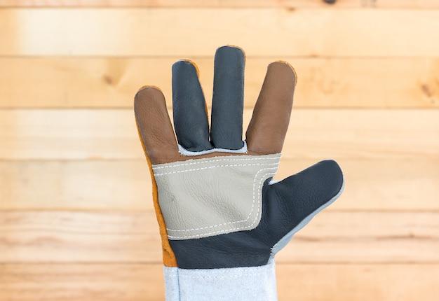 Hand in grobem lederhandschuh
