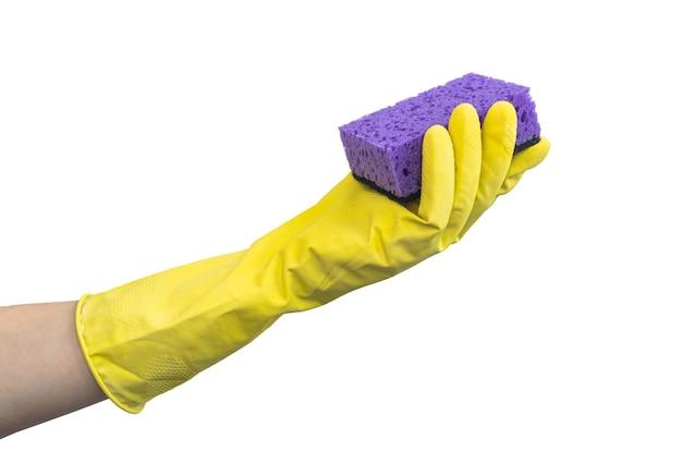 Hand in gummihandschuh halten schwamm, küchenreinigungskonzept, isoliert auf einem weißen hintergrundfoto
