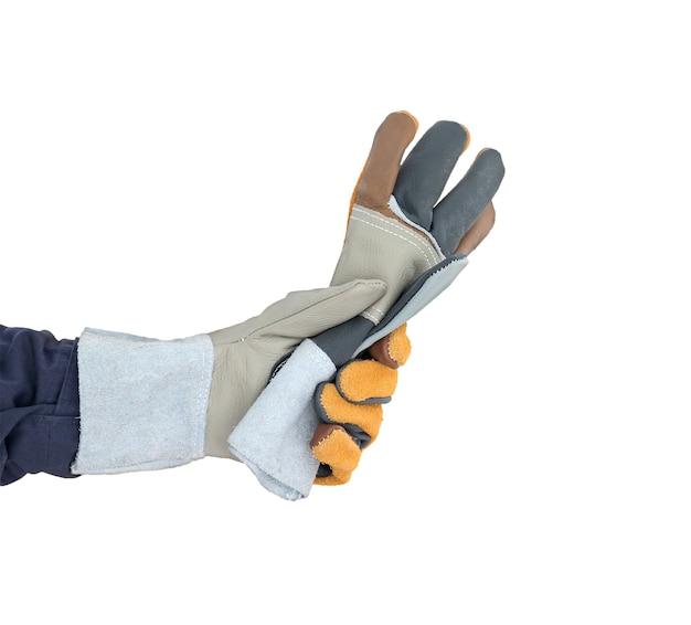 Hand in rauem lederhandschuh auf weiß