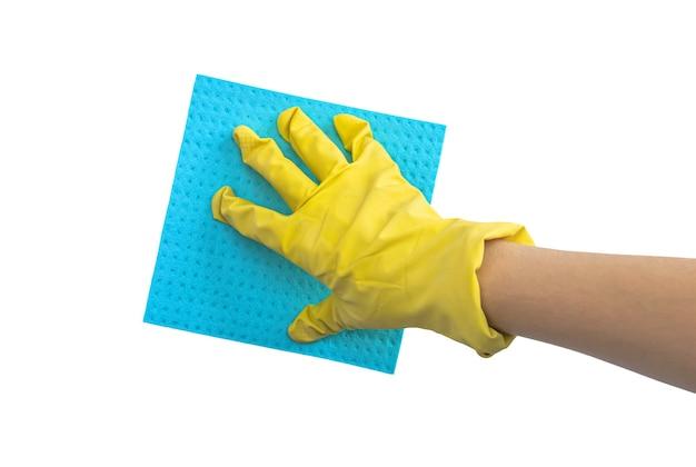 Hand in schützenden gummihandschuh mit putzlappen, isoliert auf einem weißen hintergrundfoto