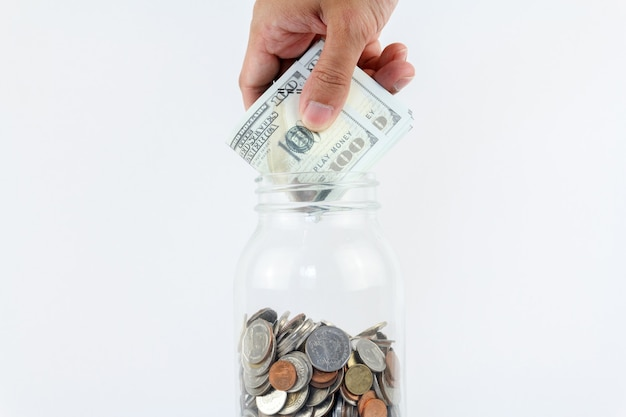 Hand legte mock-up-bargeld in die glasflasche. finanzen, wirtschaftskonzept. geld sparen konzept.