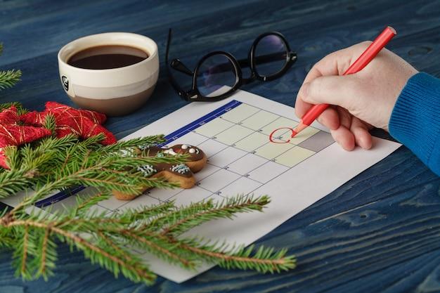 Hand markieren weihnachtsdatum in einem kalender